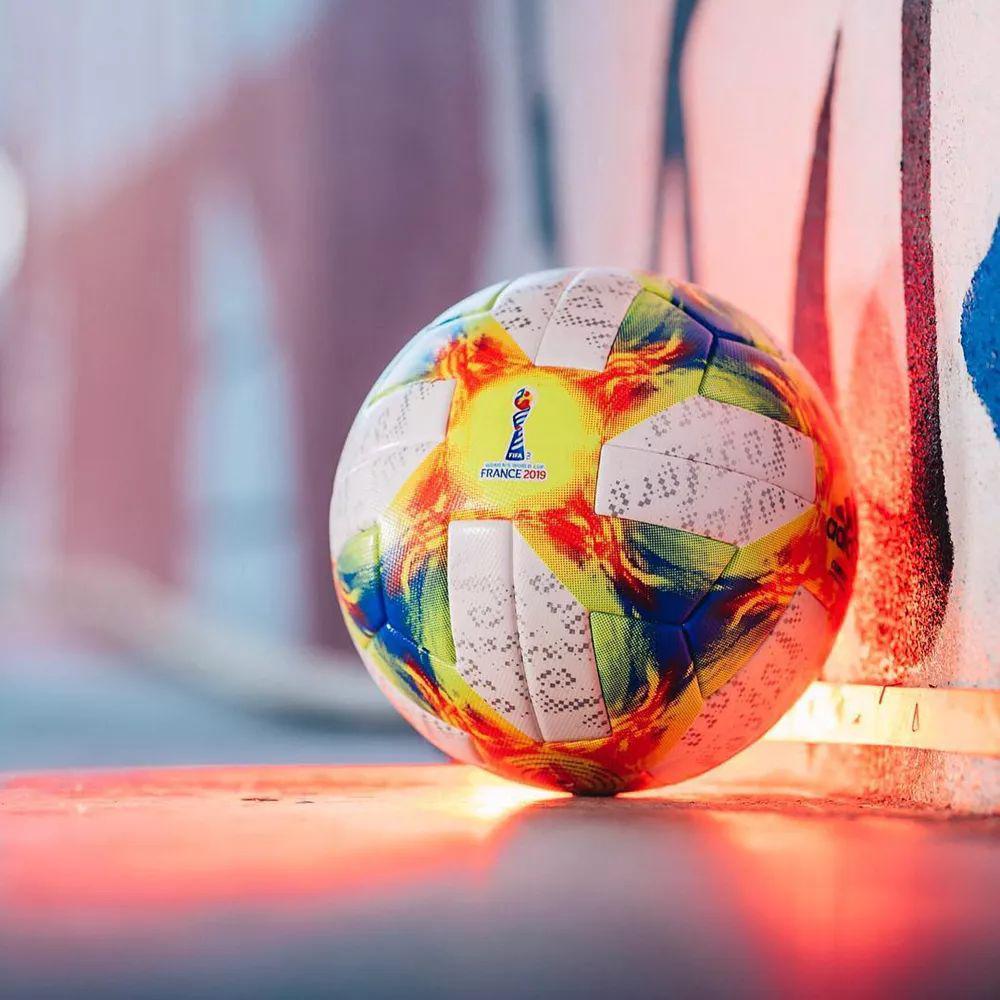 球面上色彩斑斓的花纹设计灵感源自于阿迪达斯为 1998 年法国世界杯