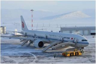 国航航班紧急备降 空姐一声吼:跑!