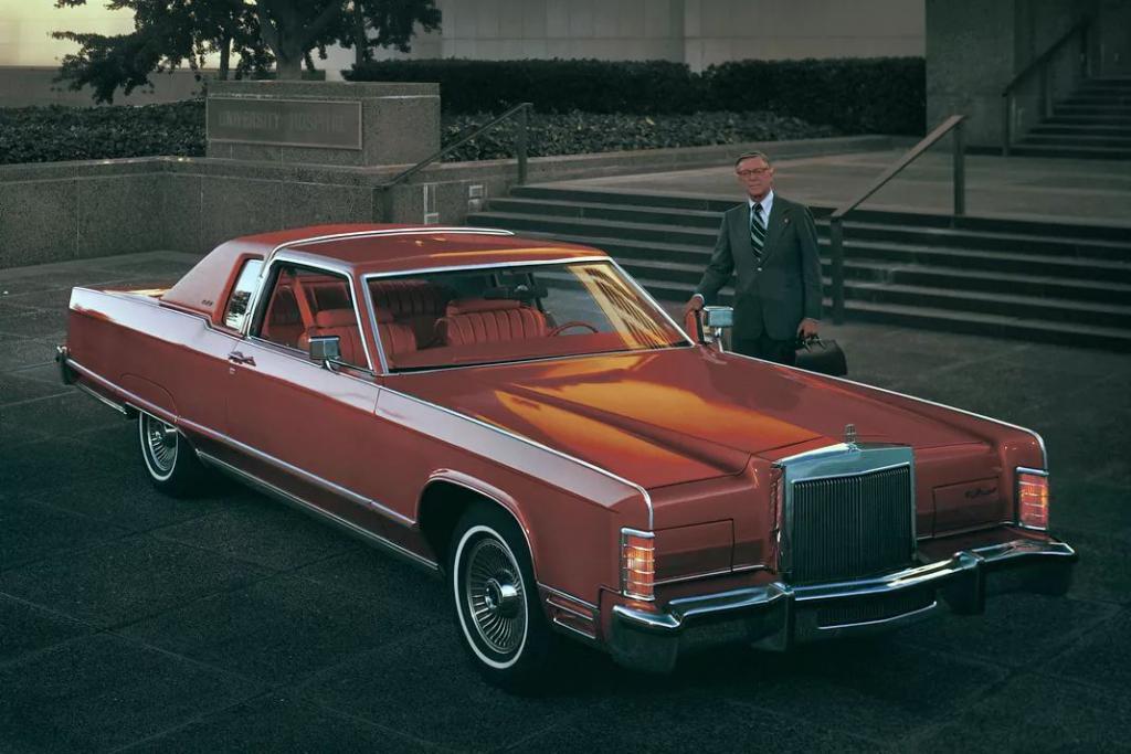 准确来说贯穿式尾灯出现在第一款的车型身上是第五代的林肯大陆 1970