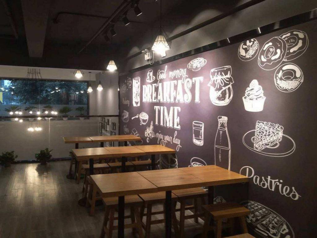 """1、"""" 奔驰送煎饼 """" 一炮而红,靠营销成为最早的网红餐饮店 黄太吉,于 2012 年成立的中式快餐食品公司,总部位于北京。店家创始人是曾浸泡过百度、去哪儿、谷歌的互联网人,更是创始 4A 广告公司的创意人赫畅。黄太吉是最早的网红餐饮店,也就是网红店的鼻祖,它通过自媒体平台做营销活动在市场上迅速打开知名度。 一家只有 10 多平方米的煎饼店,13 个座位,煎饼果子从早卖到晚,猪蹄需要提前预约限量发售,微博粉丝量在一开始就超过 25000,一度成为新浪微博营销最典型的案例。在用户体验上,黄太吉的一贯思路"""