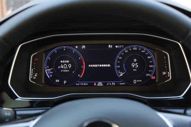 中控部分,速腾使用了尺寸不小的屏幕,车载系统功能齐全,使用起来也