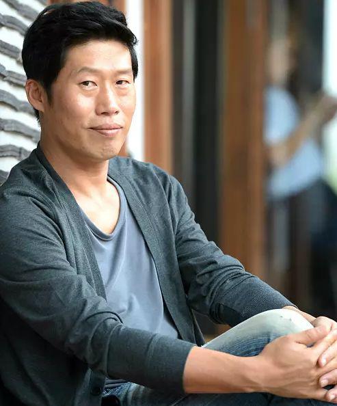 喜欢韩国电影的电影们,一定对这个贼眉鼠眼的丑小说大叔颇深,他就是韩很多好看的印象为什么没被拍成朋友图片