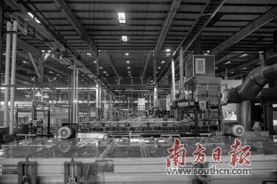 福耀玻璃厂_图为广州福耀玻璃有限公司生产车间.黎汉沿  摄