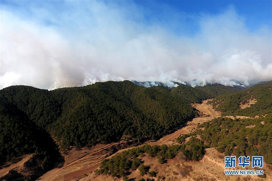 山西省沁源县官滩乡山上的浓烟(3 月    日无人机拍摄).