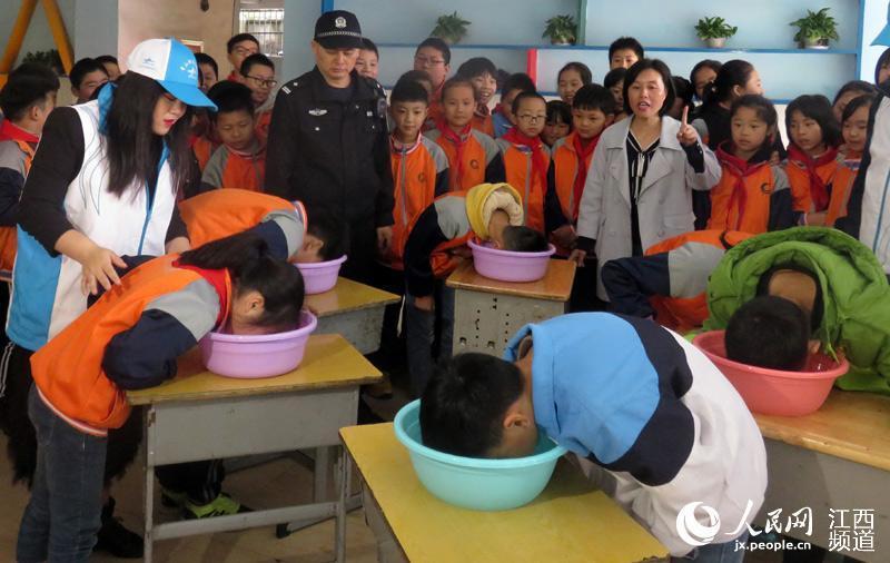 南昌青山湖:脸盆装水溺水憋气小学生实验蒙头六一儿童节小学体验图片