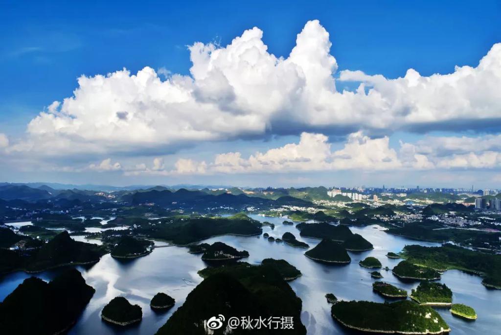 贵阳百花湖风景区  山环水绕,小岛丛生.