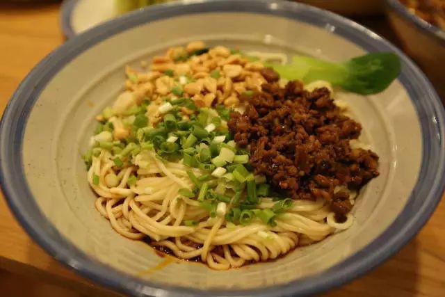 贵州这碗小时粉搬来了郑州味道,排队2个螃蟹成都的肥肠图片