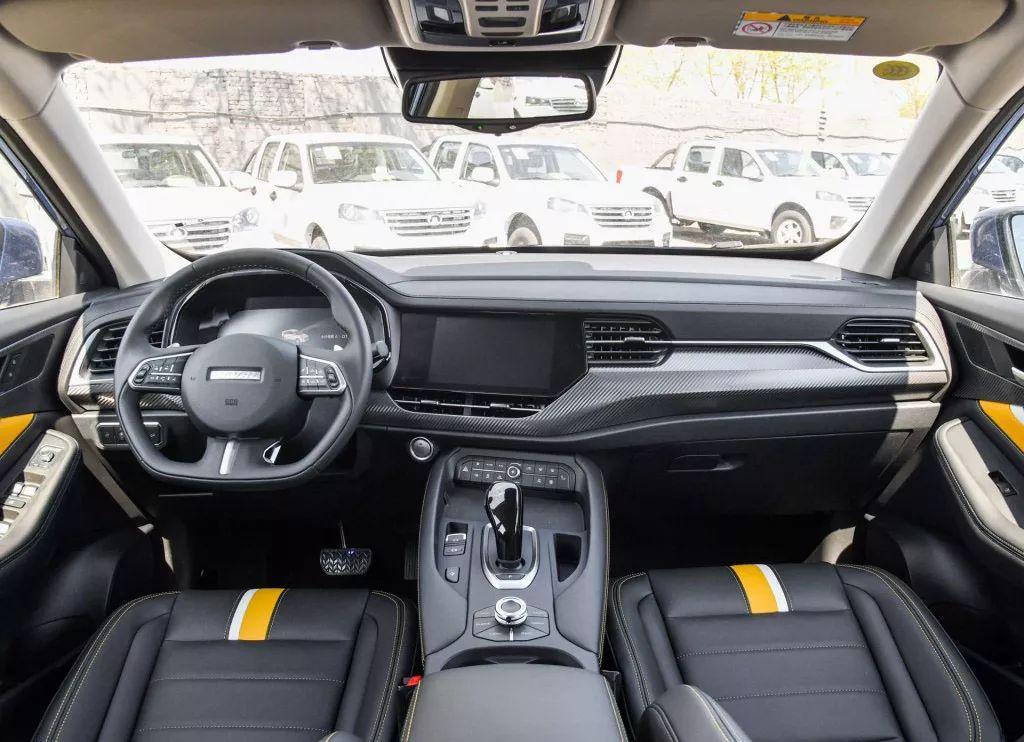 """内饰上和  F7 的内饰风格基本一致, 中控都是偏向于驾驶员, 包括平底的方向盘。 空调按键,档把等等, 7 英寸的液晶仪表盘支持: """"科技主题,时尚主题,动感主题三种 """"。 显示效果方面十分丰富, 中控屏幕上采用的是安卓 8.0全新车机系统。 在功能上对比以前的屏幕肯定会提升不少。"""