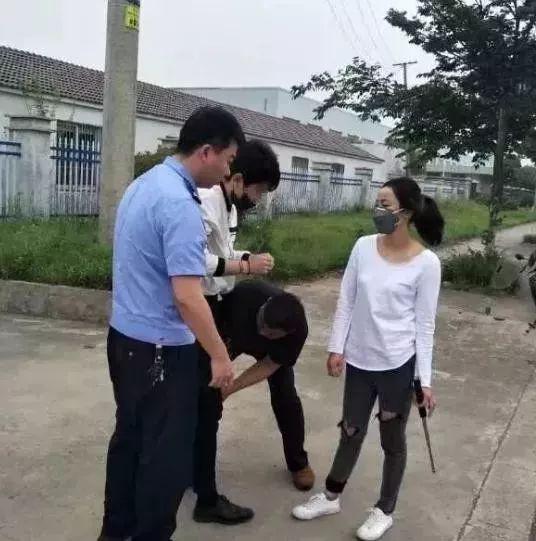 """《女警乔装打工妹诱捕""""色魔""""遭拖行数米,过程惊心动魄》"""
