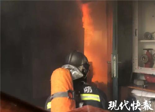 《居民家饮水机爆炸引发大火,消防员从楼里救出十人》