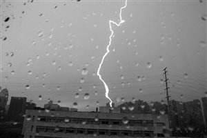 又是一場下班雨!雷雨大風兩小時內趕到……
