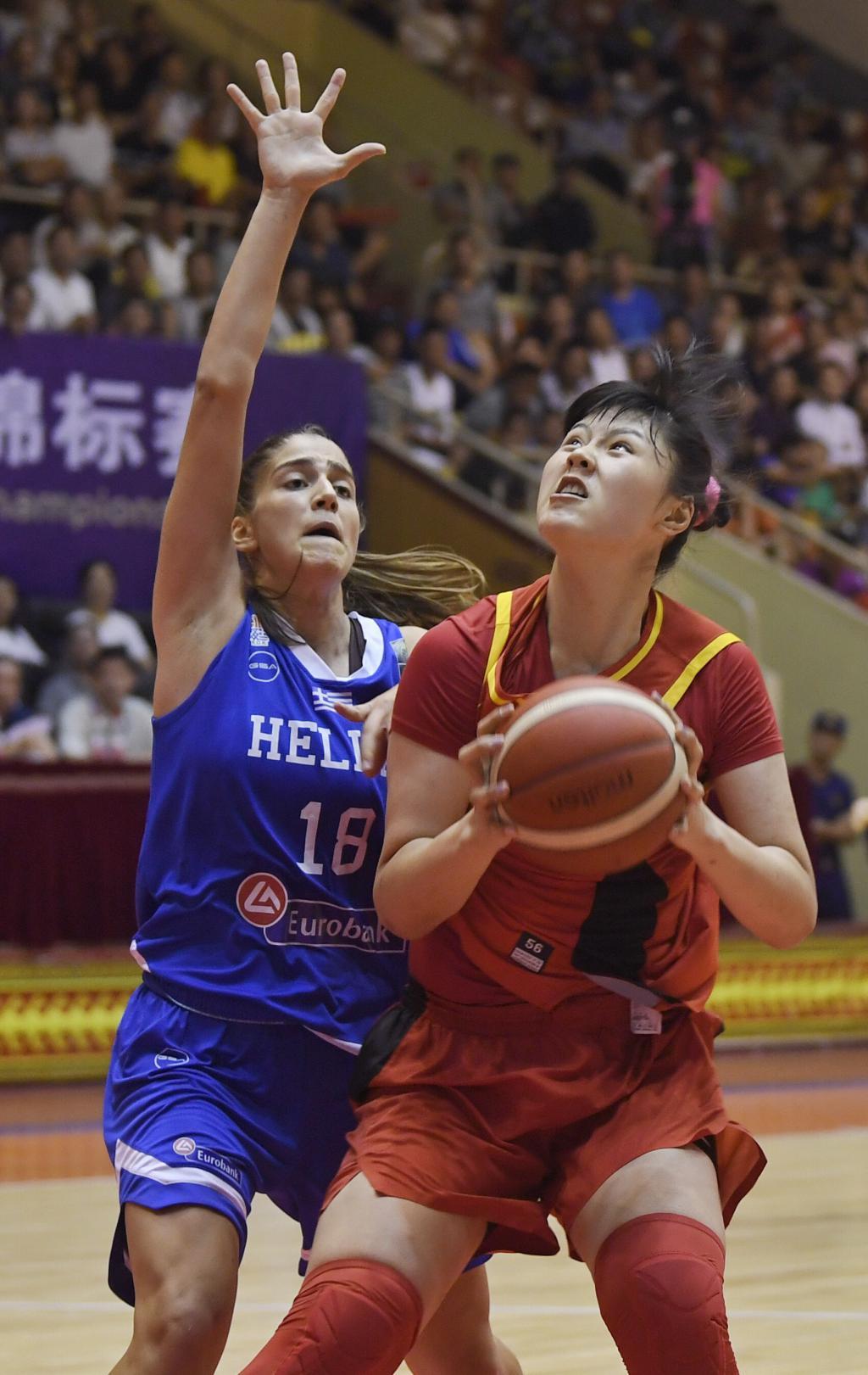 中国队球员李月汝(右)在希腊队球员查次利翁    伊奥安娜的防守下伺图片