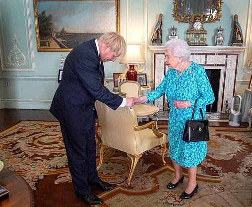 英媒曝英首相打电话向女王道歉这事让您难堪了