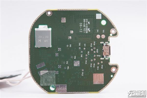 接下来看电路板背面,电路板有一块镂空,放置了一颗 mpc-cbb 谐振电容.