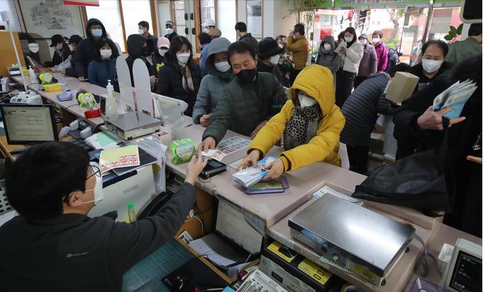 重庆回赠韩国釜山6万只口罩