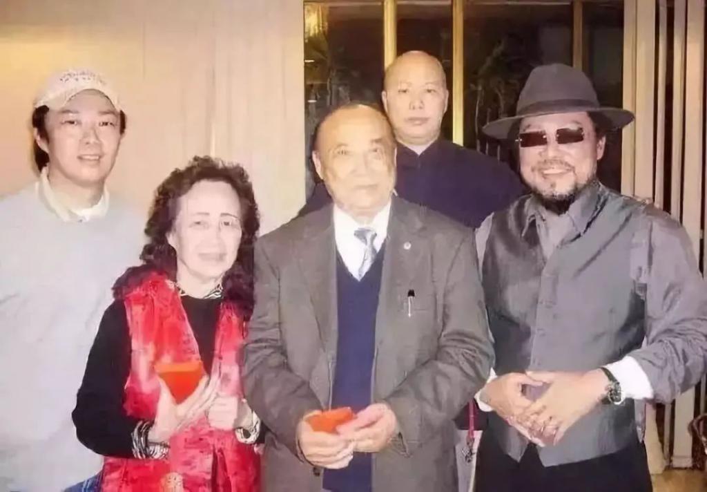 """左起:费玉清、母亲谭秀霞、父亲张舞曦、姐姐费贞绫(1991 年剃度出家,法号 """" 恒述 """")、哥哥张菲"""