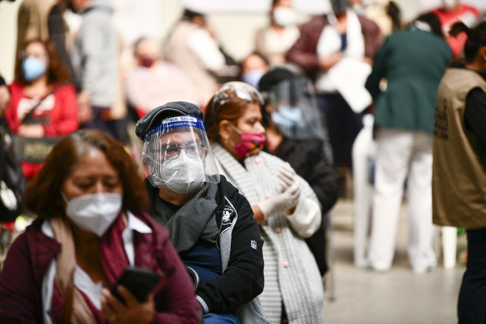 全球连线 | 中国疫苗运抵墨西哥后,74 岁老人第一个接种
