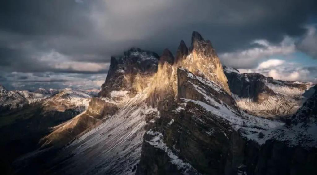 《庇护者:阿尔卑斯山求生记》影评:征服绝境、凄美爱情、狼犬大战,9.4 分纪录片,真 · 叹为观止