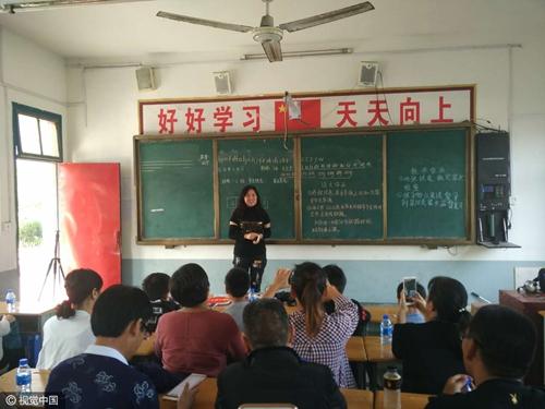 25年重回高中听课老高中生带儿叹时光的我的教室失谜图片