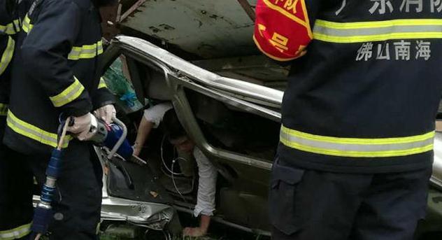 汽车被压成这样 司机救出后竟然没事