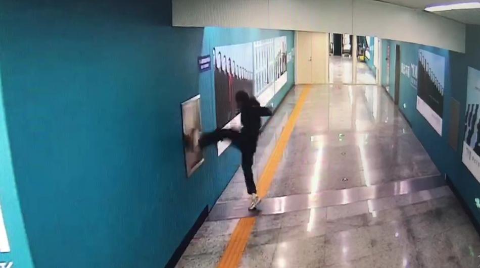 用脚猛踹长春地铁站白钢门板 !男子被行拘10日