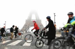 """养老""""炸弹""""引发的大罢工:巴黎公共交通面临瘫痪,自行车成为代步工具"""
