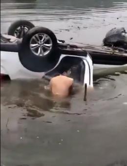 路遇翻入水塘的轿车,常德小伙赤膊跳入冰冷水中救出一对父女