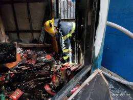驚現!存放衣物襪子貨物的鐵皮棚發生火災 周圍都是居民房!