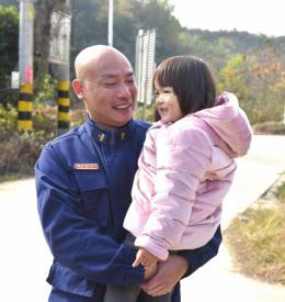 """""""喂,消防隊嗎?我想找個人""""湘潭4歲女童落水被救,家長多方打聽尋施救者"""