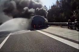 滿載水泥、車牌被燒掉的半掛車在高速應急車道上猛烈燃燒 險些引發山火