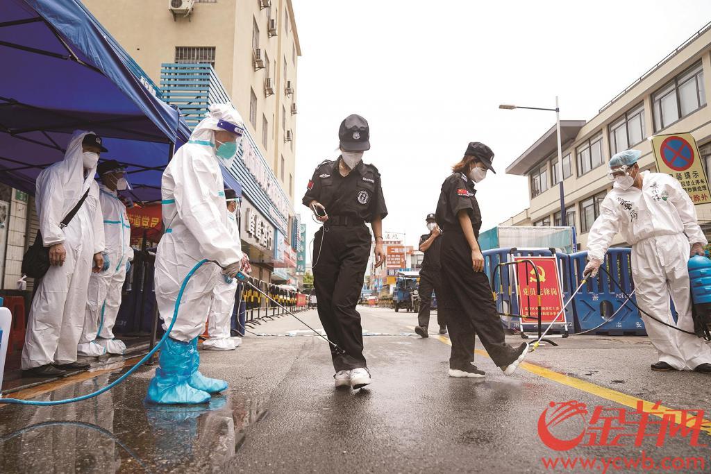 荔湾中南街海南村:所有进出人员车辆严格消毒 外卖小哥继续为顾客送食材