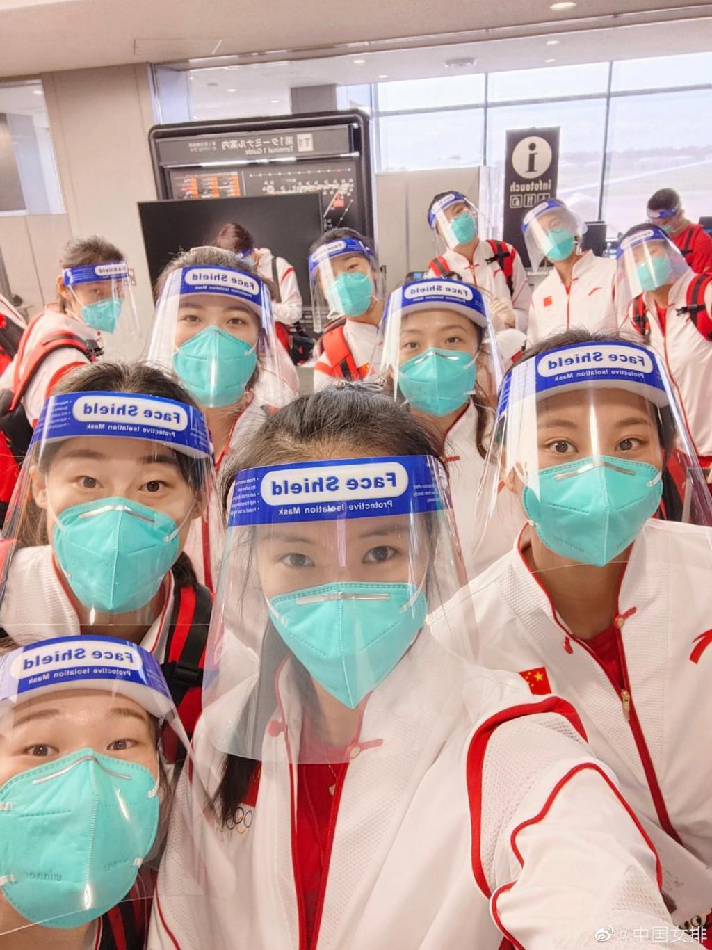 中国女排抵达东京后发回第一张自拍,网友:朱婷眼神犀利,剑指冠军!