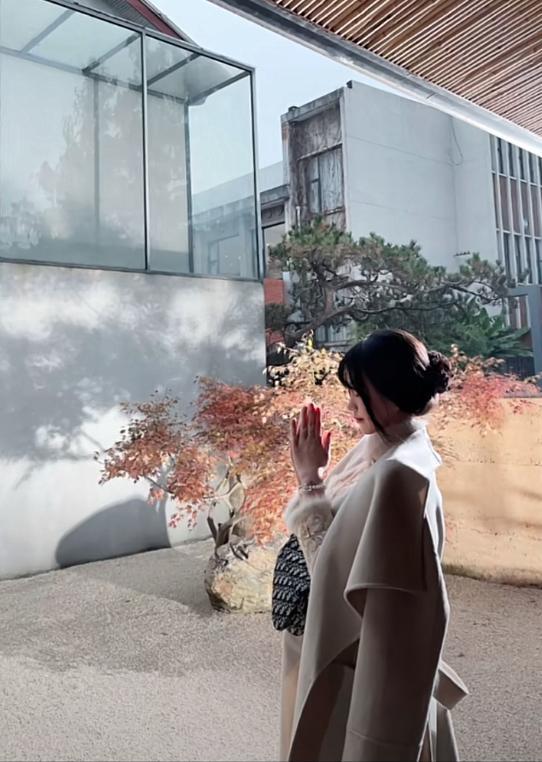 """六根不净的""""佛媛""""生意:坐禅抄经穿Dior,佛门炫富也能火?"""